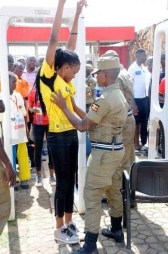 Uganda polisinden tepki çeken taraftar araması