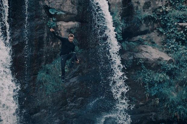 Ünlü sanatçı 15 metrelik kayalıklardan aşağıya atladı!