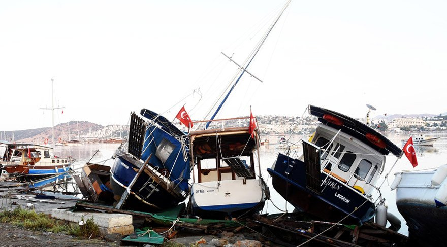 Gökova Körfezi#039;nde meydana gelen 6.3#039;lük depremin ardından Gümbet sahilinde deniz seviyesinin yükselmesi nedeniyle yaklaşık 60 araç sürüklenerek hasar gördü