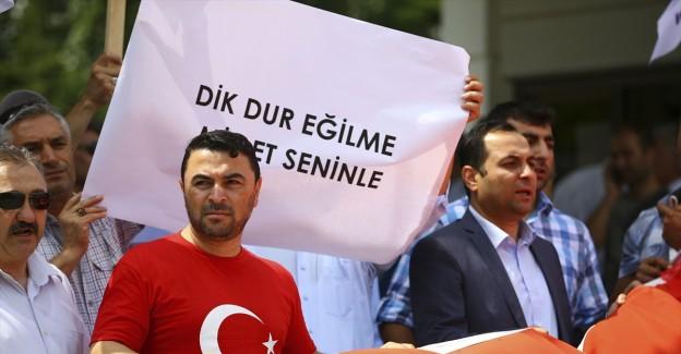 Birlik Haber-Sen Üyeleri TRT Önünde Darbeyi Protesto Etti