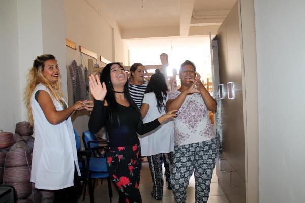 Kilim dokuma kursunda kadınlardan roman havası