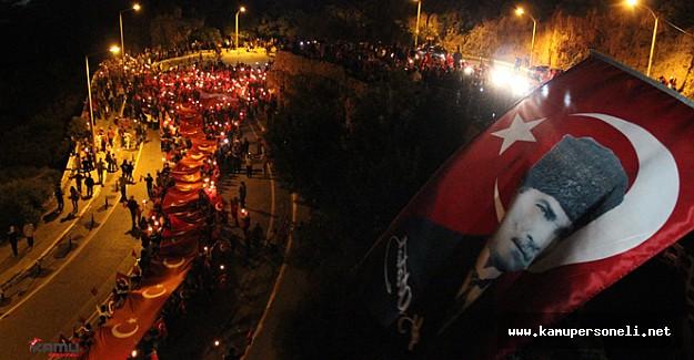 Antalya'da 400 Metrelik Türk Bayrağı Eşliğinde Fener Alayı Düzenlendi
