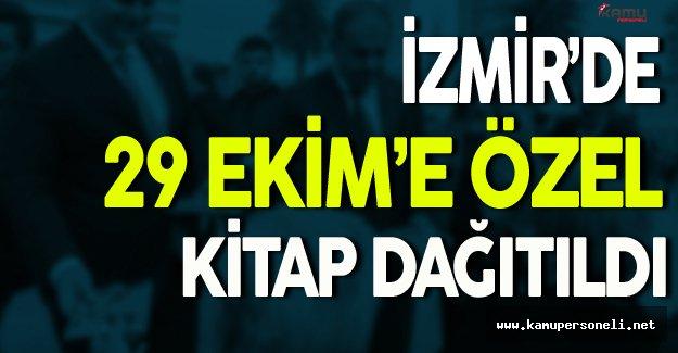 İzmir'de 29 Ekim'e Özel Kitap Dağıtıldı