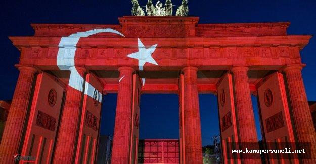 Tarihi Brandenburg Kapısı Ay Yıldıza Büründü