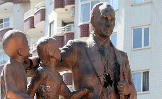 Atatürk Anıtına Çekiçle Saldıran Kişi Tutuklandı!