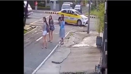 Genç kızı gasp anı kameralara takıldı
