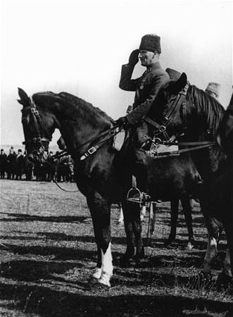 Gazi Mustafa Kemal Atatürk#039;ün Cumhuriyet öncesi ve sonrasına ilişkin az bilinen fotoğrafları çıktı.