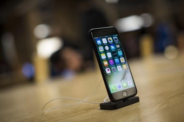 iPhone 7 izdihamı: iPhone 7 ve 7 Plus Satışa Sunuldu