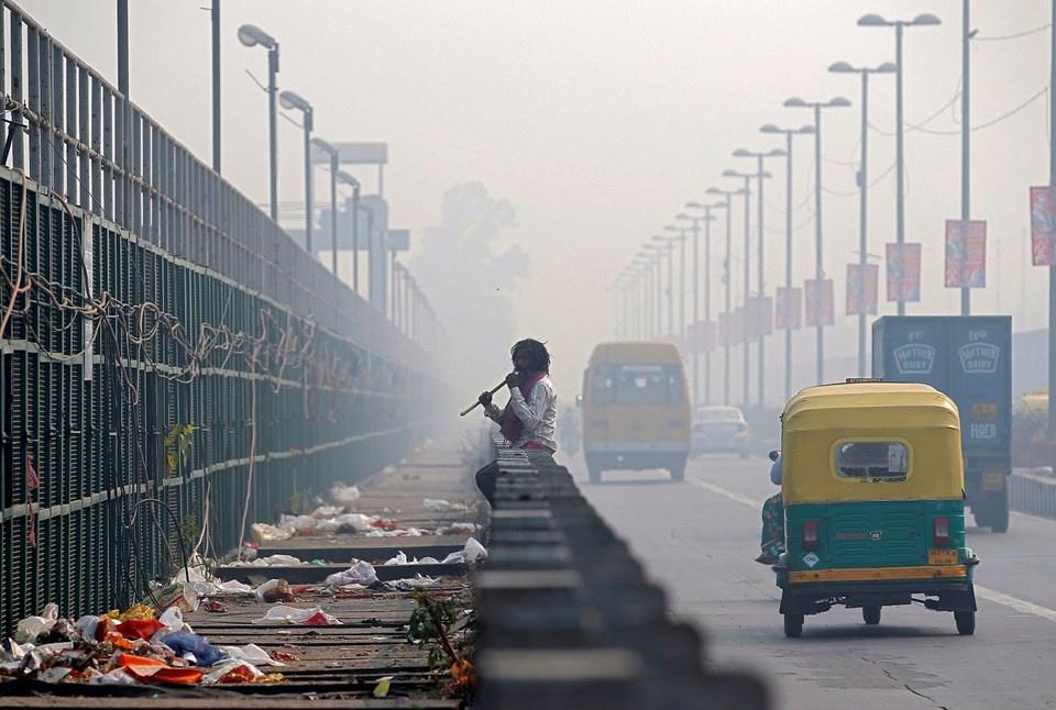 Hindistan#039;ın başkenti Yeni Delhi#039;de aşırı hava kirliliğinin ardından gelen sis nedeniyle eğitim ve öğretime ara verildi.