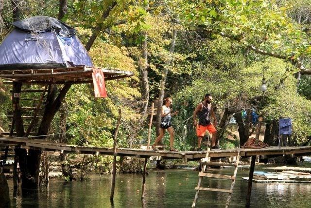 Yanıklar Mahallesi'ndeki turistlerin uğrak yerleri arasında yer alan 20 kilometre uzunluğundaki Yeşil Vadi, günübirlik ziyaretçilerinin yanı sıra doğa tutkunu kampçıların da ilgisini çekiyor.