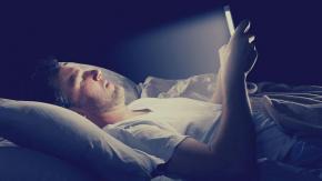 Uyumadan önce ilk olarak elektronik cihaz kullanımının iyi bir gece uykusunu engellediği biliniyor. Ancak pek çoğumuz bu alışkanlıktan istesek bile vazgeçemiyoruz.