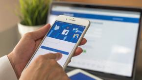 Telefonunuzun şarj ömrünün çabucak tükendiğinden şikayetçiyseniz hangi uygulamaların şarjı hızla bitirdiğini de bilmekte fayda var. İşte o uygulamalar...  Facebook: Akıllı telefonların popüler uygulaması Facebook hemen her akıllı telefonda boy gösteriyor. Ancak Facebookun telefonunuzun şarjını yiyen uygulamaların başında yer aldığınızı biliyor musunuz? Özellikle yaz aylarında gelen güncellemeden sonra iPhonelar başta olmak üzere birçok telefonun bataryasını hızla tüketen Facebookta fotoğraf görüntüledikçe ve video izledikçe hem kotanızı hızla tüketiyor hem de şarjınızı hızla düşürüyorsunuz.