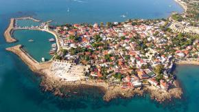 İğneada. Tatil için Akdeniz kıyılarından sıkılanlar ya da farklı sahiller keşfetmek isteyenler Trakyanın incisi İğneada vazgeçilmez yerlerden. Sakin bir balıkçı kasabası olan İğneadayı tatilciler güzel ve geniş plajı nedeniyle sıklıkla tercih ediyor. Alternatif bir tatil arayışındaysanız eğer, İğneadayı düşünebilirsiniz.