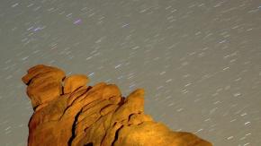 GEMİNİD METEOR YAĞMURU NEDİR?  quot;Meteor yağmurlarının kralıquot; olarak bilinen Geminid, 3200 Phaethon adlı sönük bir kuyrukluyıldızın, Güneş etrafındaki yörüngesinde dönerken arkasında bıraktığı kaya parçaları sonucunda oluşuyor.