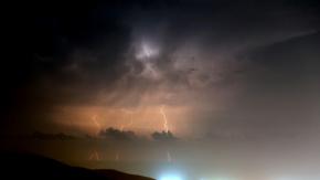 Hatay#039;da İskenderun Körfezi#039;nde gece boyunca etkili olan sağanak yağmur sırasında ortaya çıkan şimşekler, geceyi gündüze çevirdi.