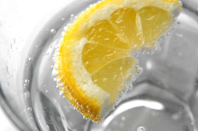 Yemek sonrası mideyi rahatlatmak için genelde baş vurduğumuz yöntemlerden biri de soda içmek. Ancak soda bilmediğimiz bir sağlık problemine sebep oluyor.