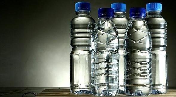 Uzmanlar bütün araç sürücülerini yaz aylarında araçlarında plastik su şişesi bırakmamaları konusunda uyarıyor.