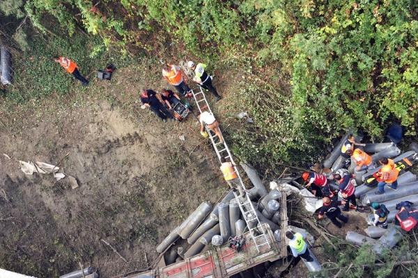 Sakarya'da Kamyon 15 Metreden Düştü: Yaralı Var