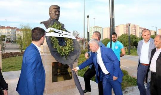 CHP'li Belediye Başkanı Kendi Heykelini Diktirdi