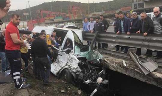 TEM'de Vali ve Kaymakamların Eşlerinin Olduğu Minibüs Kaza Yaptı ! Ölü ve Yaralılar Var