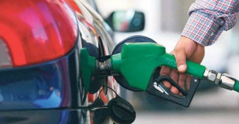 Benzine indirim geldi. Benzin indirimli fiyatı bu geceden itibaren geçerli olacak.