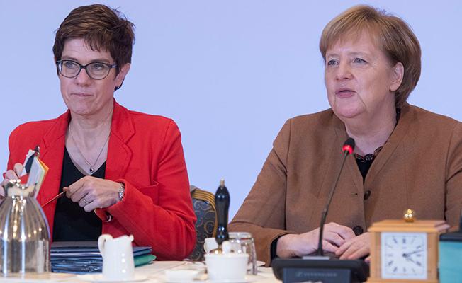 Angela Merkel Görevini Neden Bıraktı?- Annegret Kramp-Karrenbauer CDU lideri oldu