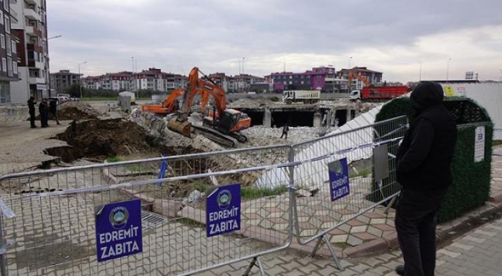 Balıkesir Edremit'te AVM'nin istinat duvarı çöktü