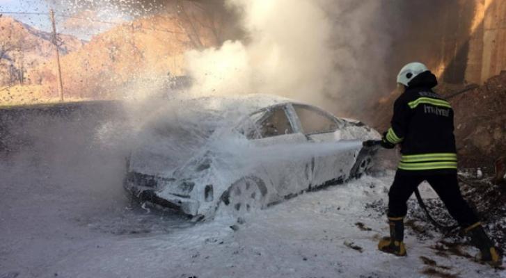 Erzurum Oltu-Şenkaya karayolunda kaza yapan araç yandı