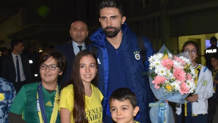 Fenerbahçe, İzmir Adnan Menderes Havalimanı'ında çiçeklerle karşılandı