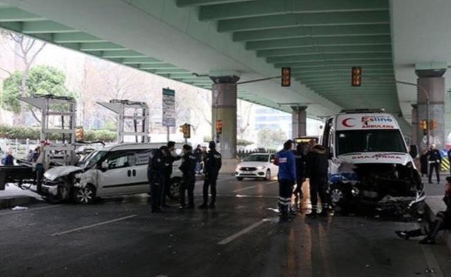 Mecidiyeköy'de ambulans ve bir otomobil çarpışması sonucu trafik kilit hale geldi