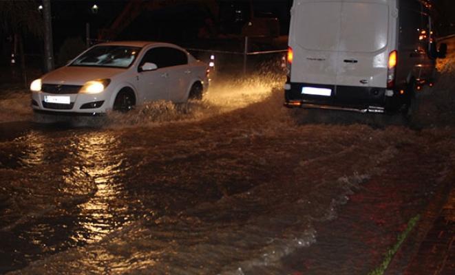Adıyaman-Diyarbakır yolu sular altında kaldı
