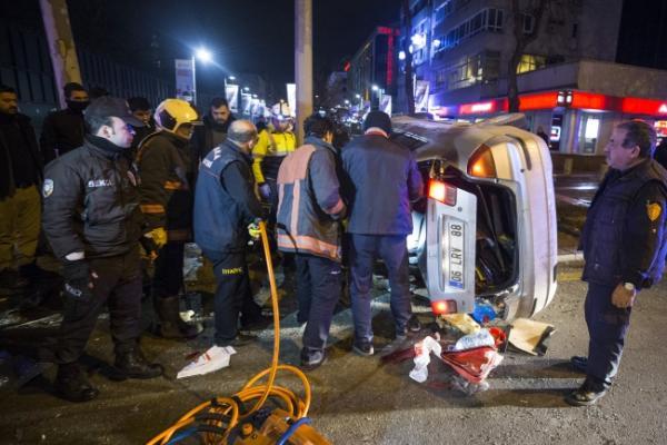 Çankaya'da meydana gelen trafik kazasında 1'si polis 4 kişi yaralandı