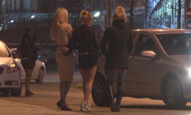 İstanbul Beylikdüzü'nün en işlek caddelerinde travestilerin fuhuş pazarlığı uzun kuyruklar oluşturdu