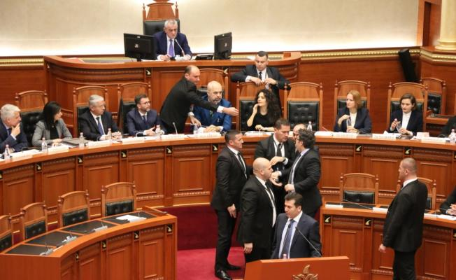 Arnavutluk Meclisinde Başbakan Rama'ya boyalı protesto