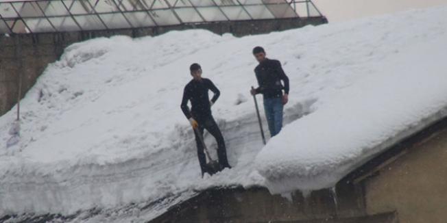 Çatılarda Biriken Karlar İş Kapısı Oldu