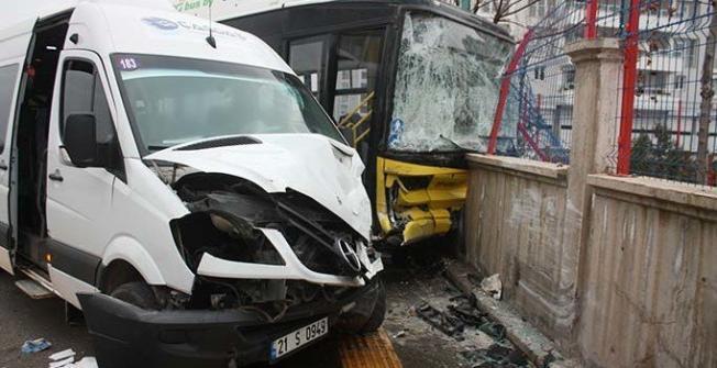 Diyarbakır'da servis minibüsü ile halk otobüsünün çarpışması sonucu 2'si ağır 13 kişi yaralandı