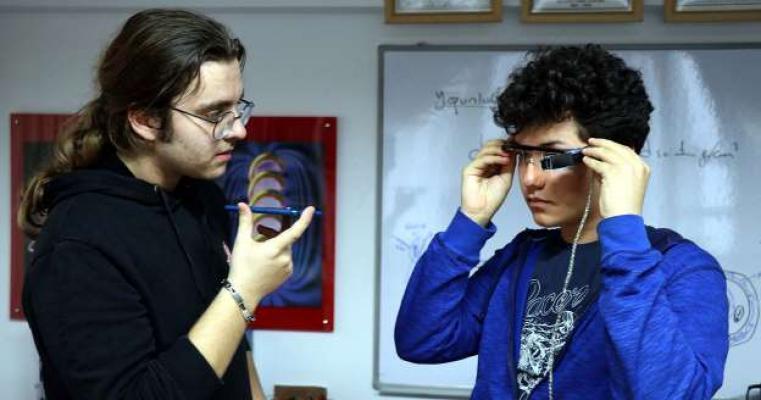 Düzce'de işitme engelli 2 lise öğrencisi, 'alt yazılı' gözlük geliştirdi
