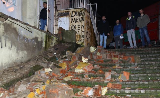 İzmir'de iki katlı binanın balkonu çöktü