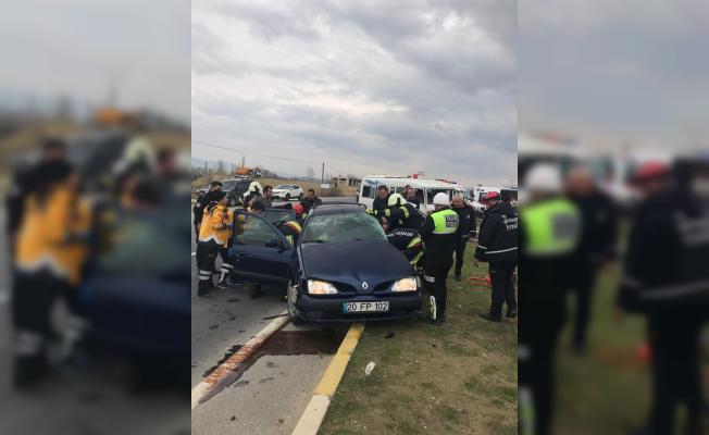 Öğrenci servisi otomobille çarpıştı: 5 yaralı
