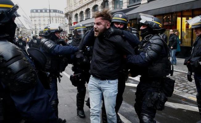 Paris'teki gösteride polisi döven boksöre hapis cezası