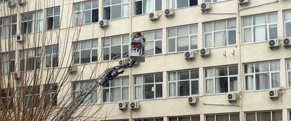 İzmir Tepecik Eğitim ve Araştırma Hastanesinde Yangın: Hastalar Tahliye Ediliyor