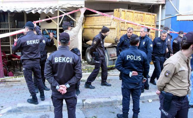 İzmir Bayraklı'da Freni Boşalan Kamyon Kahvehaneye Daldı! Çok Sayıda Ölü ve Yaralı Var