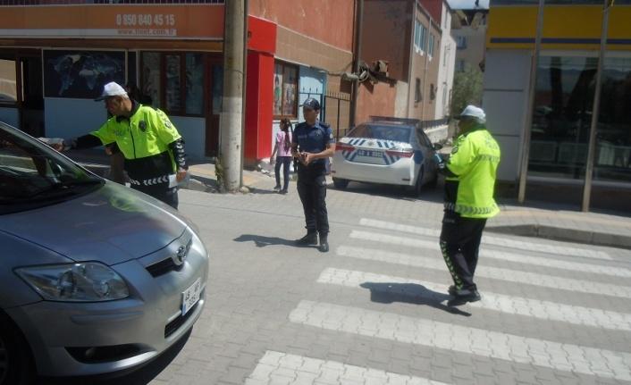 Bir günde iki yerde polise darp uygulandı! İzmir'de ceza yazan trafik polisine çekiçle saldırdılar!