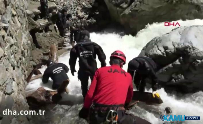 Kayıp AA muhabirini arama sırasında 2 asker suya kapıldı