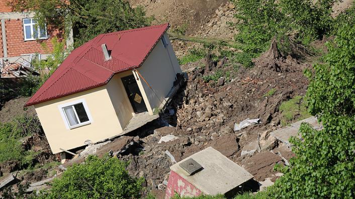 Ordu Aybastı'daki heyelanlı bölgede 15 ev yıkıldı! Mahalledeki cami yana yattı...