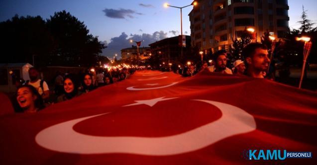 """Bitlis'in Ahlat ilçesinde 1071 metrekare Türk bayrağıyla """"fener alayı"""" oluşturuldu"""