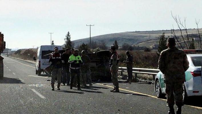 Şanlıurfa- Gaziantep yolunda bir askeri aracın devrilmesi sonucu 4 askerimiz yaralandı!