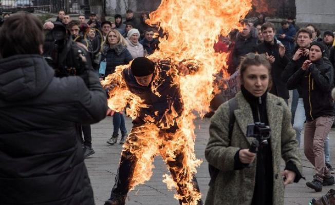 Kendini yakarak protestocuların arasına daldı!