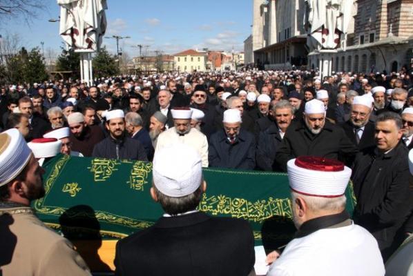 Abdullah Ustaosmanoğlu için düzenlenen cenaze töreninde Koronavirüs tedbirleri hiçe sayıldı!