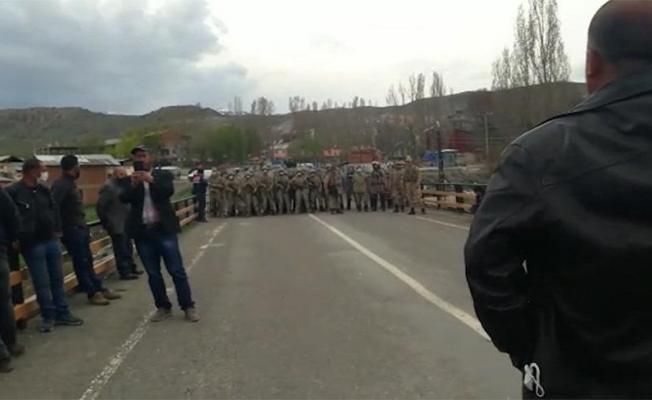 Kamulaştırma bedelinin ödenmediğini iddia eden köylüler jandarma ile karşı karşıya geldi!